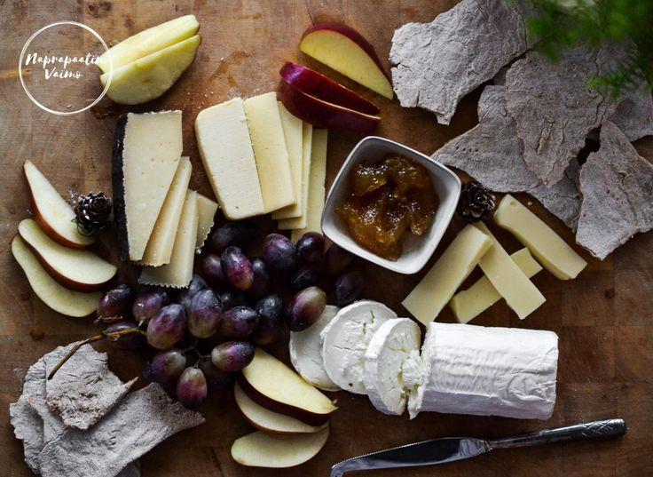 Huominen itsenäisyyspäivä, pikkujouluaika, kotoilu ja napostelusyötävät. Loistavia mahdollisuuksia tehdä juustotarjotin ja juustojen syömiseksi näkkileipää ;) Meillä kuluu jonkin verran glut…