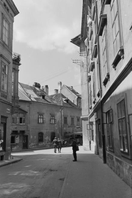 Szent György utca, szemben az Új utcában a Gambrinus vendéglő.