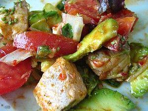 Острый салат с семгой, авокадо, томатом и красным карри