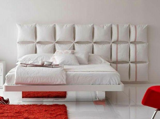 Belle tête de lit ultra comfortable avec des coussins