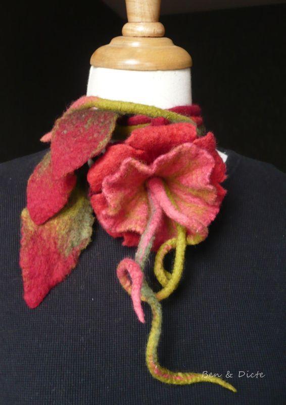 """Coup de chapeau...    Si vous ne connaissez pas encore son nouveau blog, allez-y vite. Bénédicte y publie ses belles production de laine feutrée. Un travail de création très original et coloré . J'ai craqué pour quelques """"doudous"""" pour mes cadeaux de Noël et je me suis laissée tenter par cette belle liane à mettre à mon cou."""