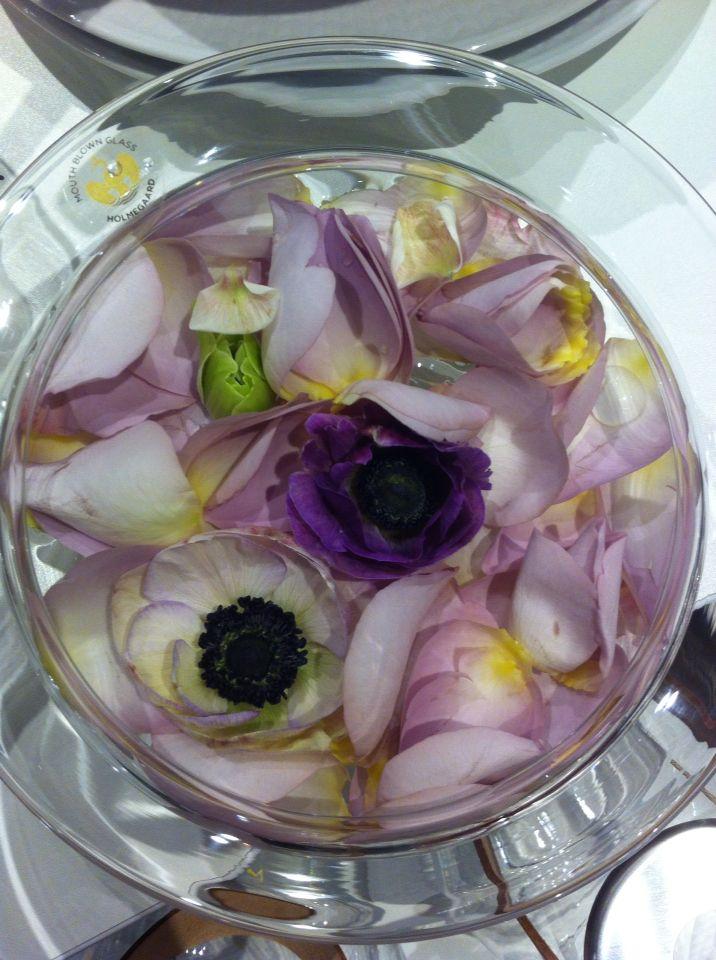 Et mindre flytebad også med roser og anemoner.