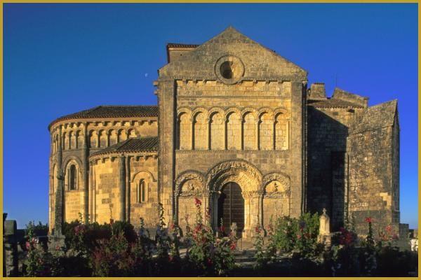 Au pied du cimetière marin de Talmont-sur-Gironde, de la façade Est de l'église Sainte-Radegonde, avec son très beau portail roman.