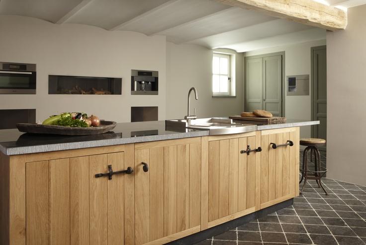 www.cavainterieur.nl . Hangemaakte keuken van massief hout met Belgische hardsteen.
