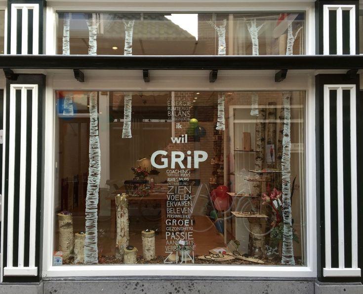 www.drawink.nl raamtekening nieuwe winkel GRiP Sneek #berken #birch #raamtekening #chalkmarkers #windowart #storefront #chalk