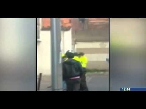 Policias golpean joven por tener su moto mal parqueada