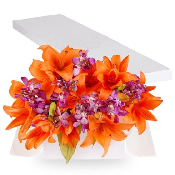 Caja de regalo con 10 coloridos lirios (amarillo, naranja o fucsia), y filler acompañante (gypso, orquidea hawaiana o statice), presentada con cinta de regalo y tarjeta personalizada