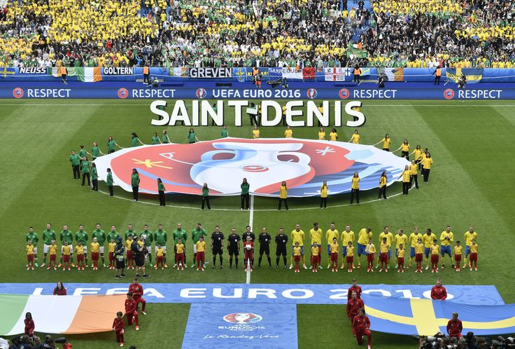 The teams of Ireland (L) and Sweden line up to sing their national anthems prior to the Euro 2016 group E football match between Ireland and Sweden at the Stade de France stadium in Saint-Denis on June 13, 2016. / AFP / PHILIPPE LOPEZ