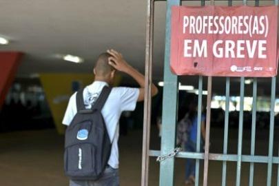 Professores de Porto Velho entram em greve na próxima segunda-feira | A proposta apresentada pela prefeitura prevê R$ 300 mil por mês para pagamento dos valores retroativos referentes ao adicional por tempo de serviço. http://mmanchete.blogspot.com.br/2013/05/professores-de-porto-velho-entram-em.html#.UYFZv7U3uHg