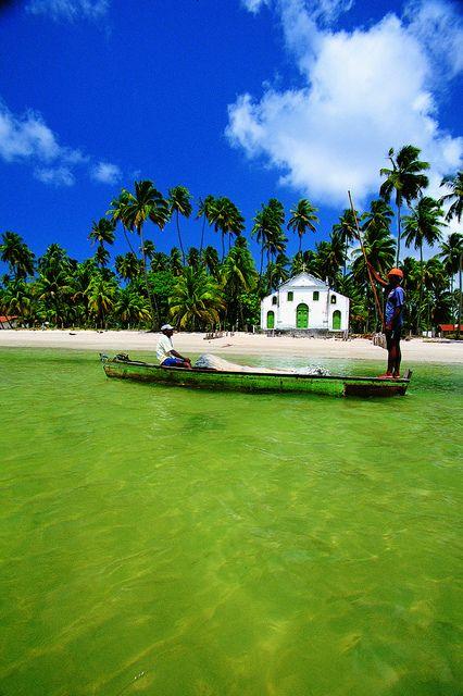 Praia dos Carneiros - PE  é uma praia de sonhos. São 5 Km de coqueiros que margeiam toda a sua extensão, a água é límpida e morna e sua paisagem é moldada pelo estuário do Rio Formoso e por um paredão de arrecifes de 1Km de extensão. As piscinas naturais e os bancos de areia oferecem um espetáculo de cores inigualável. As ondas banham a igrejinha..