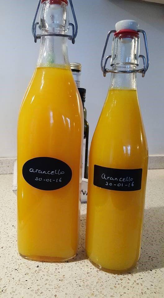 Arancello is een heerlijke sinaasappellikeur en kun je, net als de limoncello, heel gemakkelijk zelf maken.  De sinaasappelschillen hoef je maar een week te laten intrekken. Afmaken met suikersiroop, in de vriezer en je waant je een beetje op Sicilië!