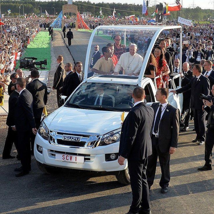 Isuzu D-Max papamóvel 2015 O Papa Francisco voltou a utilizar na Polônia durante a JMJ o papamóvel Isuzu D-Max que estreou no ano passado durante visita às Filipinas. A segunda geração da picape é fruto de Joint-Venture da marca japonesa com a General Motors e é uma 'irmã' da Chevrolet S10/Colorado. A Isuzu já chegou a exportar alguns caminhões leves para o Brasil na década de 1990 mas nunca entrou de verdade por aqui. Porém tem negócios em praticamente todos os outros países da América…