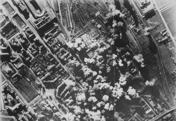 Nella notte tra il 12 e il 13 giugno 1940, Torino viene bombardata da aeroplani inglesi che colpiscono abitazioni popolari a ridosso del centro cittadino. È uno shock per la città