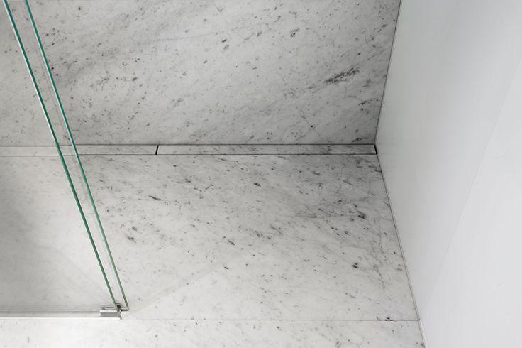 Close up af det dobbelt linjeafløb, som er beklædt med carrara marmor. unidrain® HighLine #Mette Julie Skibsholt, Kreativ Leder, Arkitekt, Arkitema Architects #marble #marmor #bathroom #badeværelse #design #nordic #scandinavian #inspirational #custom