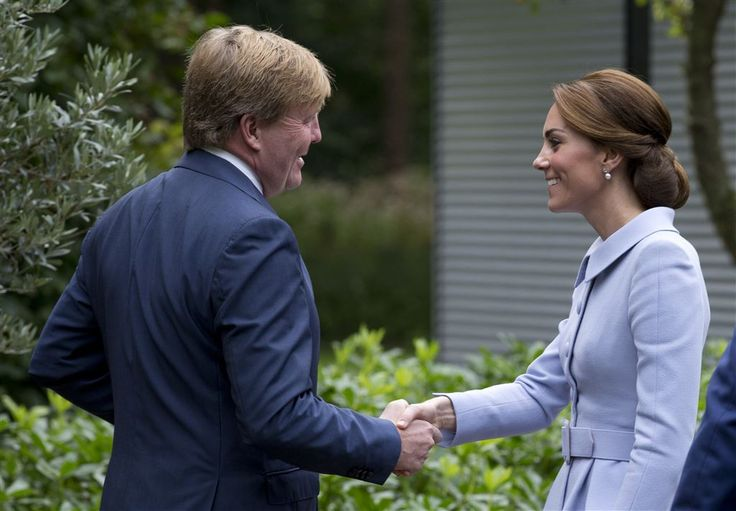 DEN HAAG - Kate, de hertogin van Cambridge, is in Nederland aangekomen. De vrouw van de Britse prins William schudde dinsdagmiddag op Villa Eikenhorst de hand van koning Willem-Alexander. Het is haar eerste stop in Nederland. (Lees verder…)