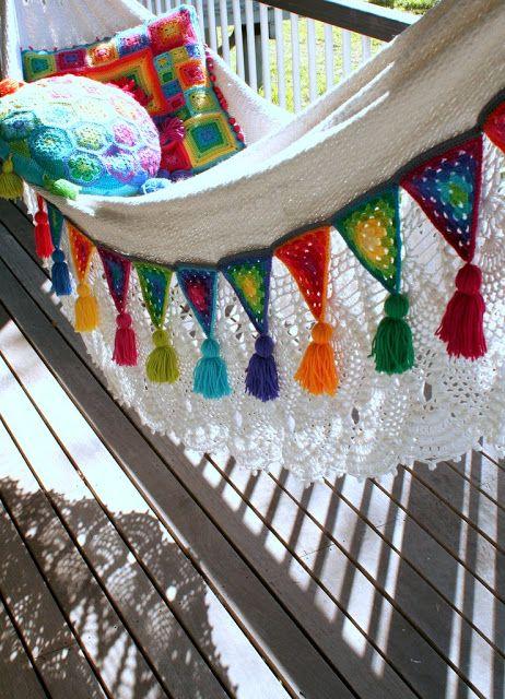 Hermosa decoración con triángulos al crochet.