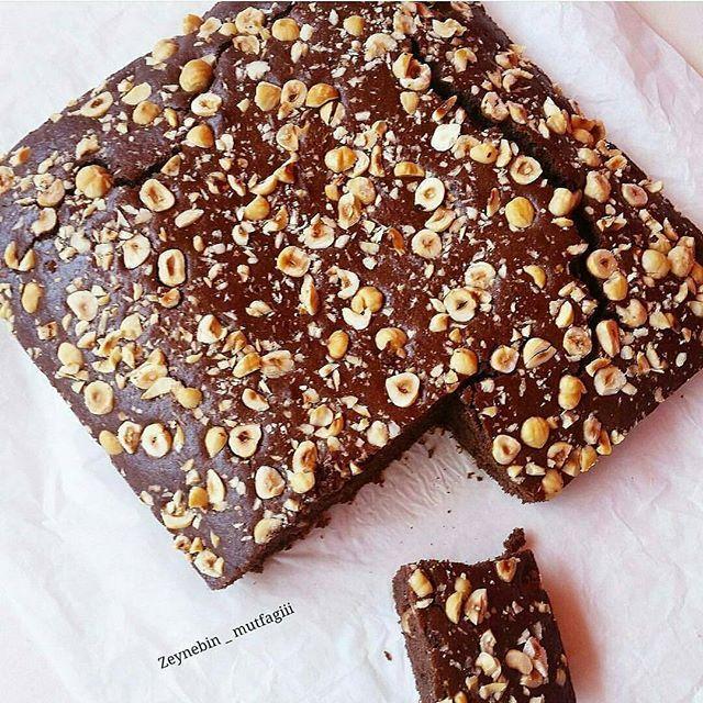 Bu kek bence hemen denenirEllerinize sağlık @zeynebin_mutfagiii  Görüntü muhteşem   Çikolatalı fındıklı kek  4 yumurta  1subardağı şeker  1subardağı süt  1subardağı sıvıyağ  2subardağı un  1paket kabartma tozu  50gr kakao  80grmlk 2paket sütlü çikolata  1avuç fındık  Öncelikle yumurta ve şeker cirpilir sonra diğer malzemeler eklenir ve hazırlanan harc sıvıyağ ile yağlanmış fırın kabına aktarılır uzerine findik cikolata ekleyip dikdörtgen borcama göre yapabilirsiniz 185 drc kürdan t...