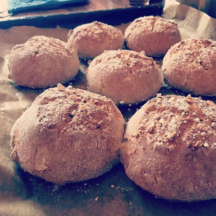 Jetzt habe ich doch fast vergessen die heutigen Frühstücksbrötchen zu posten.  (mit Dinkel gepufftem Amaranth geschroteten Leinsamen Müsli Walnuss- und Cashewnüssen)  #brötchen #bun #diy #essen #food #instafood #hunger #frühstück #breakfast #dinkelmehlforthewin #keinaufbackmistsondernselbstgemacht #Hildesheim #photooftheday #picoftheday #yummi #foodporn #lecker #nomnom #igersgermany