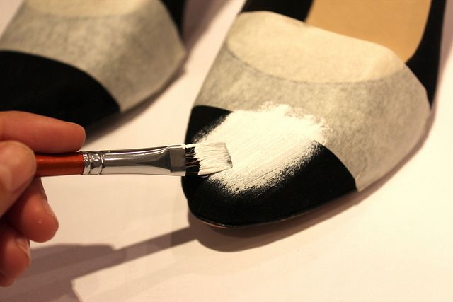 Você vai precisar de:    Tinta, pincel e fita adesiva  Como fazer? Primeiro que tudo, tem que isolar a ponta do sapato que não quer ...