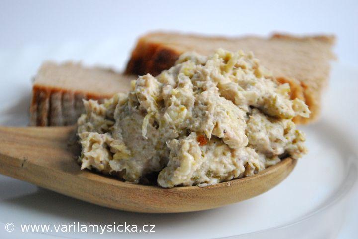 Rybičkových pomazánek není nikdy dost, tady je recept na variantu s kyselými okurkami.