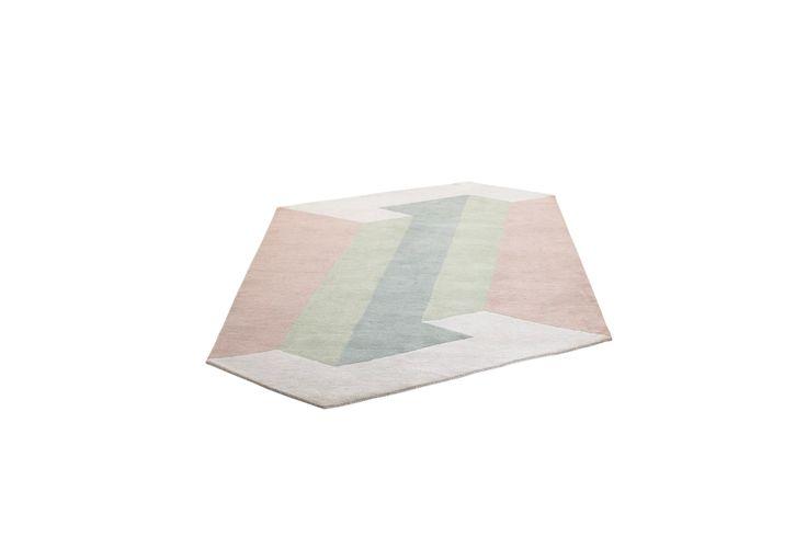 Feine Pastelltöne für den Boden. Vielleicht hat sich Karen Mimi bei den grafischen Formen des Teppichs von Mallorca anregen lassen, jedenfalls hat sie ihren handgefertigten Teppich Mallorca genannt. Wer sagt, dass ein Teppich viereckig sein muss?