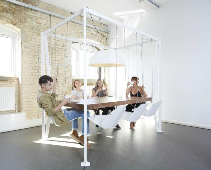 Подвесной стол и стулья.