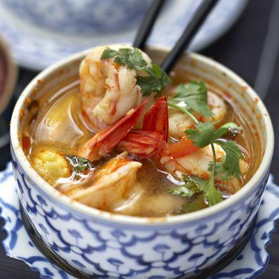 Découvrez la recette Soupe de crevettes à la citronnelle sur cuisineactuelle.fr.