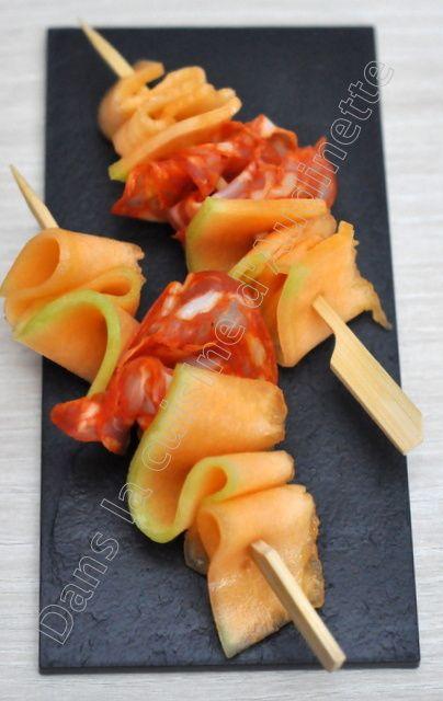 C'est la pleine saison du melon, il faut en profiter. Voici 3 idées d'associations testées et validées chez nous. Pour les réaliser, il faut couper de fines tranches de melon à la mandoline.Commencer par couper le melon en deux et retirer les graines....