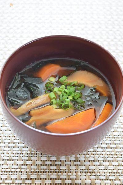 日本食の基本であるお味噌汁は何の具材で作ってもおいしいのですが、栄養を考えた取り合わせって多くの方たちが難しいと感じているようです。この3種の取り合わせの味噌汁は、私が普段からよく作るお味噌汁なんですよね。ミネラルの他、ビタミンA、ビタミンB群、ビタミンDと栄養価でも優秀なお味噌汁です。