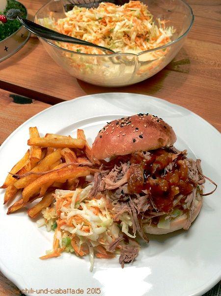 Slow Cooker Pulled Pork Buns mit Coleslaw und BBQ-Sauce