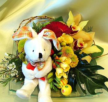 Bunny Buddy, of course, carries with him everywhere a favorite répáját. Now an elegant glass tray, orchids, freesia scented spring flowers in the company of cheerful and takes your Easter greetings