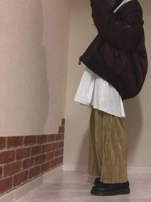 こんばんわ🌙 ピコ太郎っぽい、 プリーツパンツをヤンキー風に着ました!笑 ループピアスと赤リップが