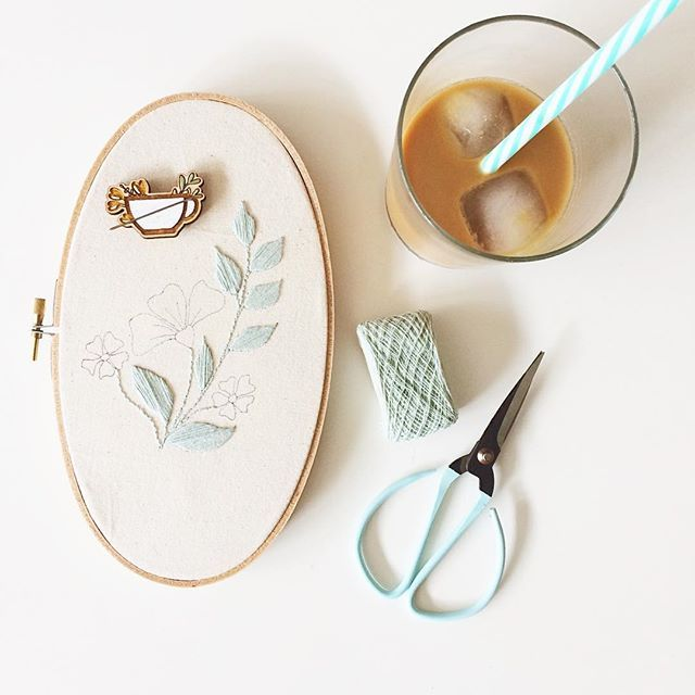 I honestly never intend to match my tools to my work to my bevy straws but it almost always seems to happen 🙊I'm using this AMAZING @temaricious embroidery thread that I ordered through @string_harvest for the first time, it is so dainty and delicate. I adore the way it satin stitches! Can't wait to see this finished😬