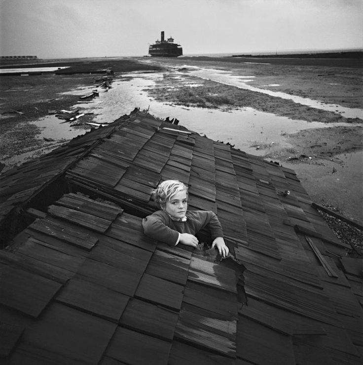 The nightmares of children transposed into images. Flood nightmare. This famous photo of Arthur Tress was taken in Ocean City, New Jersey in 1970, the roof of a house was abandoned on an empty dock. In the background was a decrepit ferry waiting to be restored. Out of nowhere, a young boy of about 10 years came by bicycle. The photographer asked him to pose in the gaping hole in the roof. He gladly accepted.