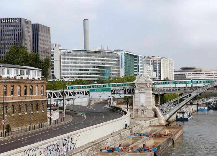 #diary #27022015 #paris #metro #train #bridge #saine #wallpainting #ship #bluesky #cityilove #offices #oldhouses #emptystreet #instasize