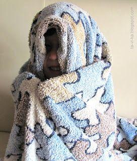 """Одеяло.   Универсальный предмет для развития творческого мышления и воображения. Дайте ребенку одеяло и он сам найдет, для чего оно ему нужно. Может, построить домик, накрыв им стол или кресло? Может завернуться в него и играть в гусеницу, которая стала куколкой, в младенца, в """"пододеяльного человечка"""" (которого придумали мои дети)? Или, расстелив на полу, сделать из него море, батут, неведомую страну?"""
