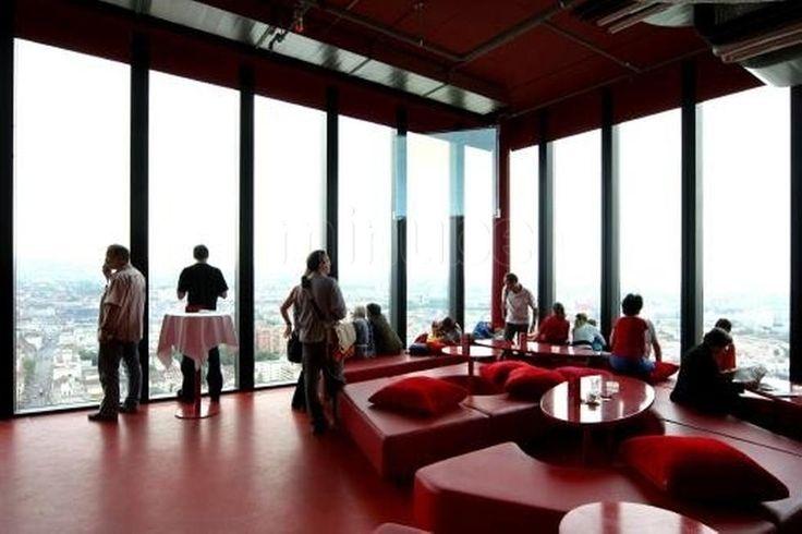L'endroit à ne pas louper ! Boire un verre à 105 m de haut, à Bâle c'est possible ! Le café rouge est situé au 31ème étage de la tour de la foire qui est la tour la plus haute de Suisse ! Quand on sort de l'ascenseur, la  vue sur toute la ville est époustouflante, de quoi donner le vertige ! L'ambiance y est plutôt lounge, des grands canapés permettent de se prélacer devant la vue tout en buvant un verre. C'est bien agréable après une journée de marche touristique. Un point fort de cet…