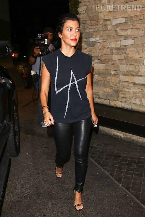 Kourtney Kardashian en rockeuse sexy pour aller dîner avec sa mère Kris Jenner et son boyfriend à Los Angeles ce samedi 22 août