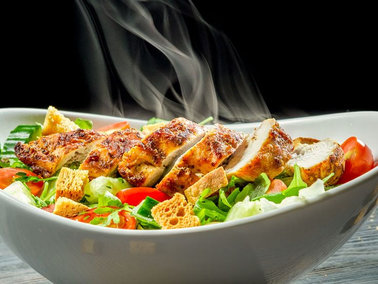 Ceasar Salat mit Hühnerbrust  Der Caesar Salat ist ein Klassiker der italo-amerikanischen Küche. Ursprünglich als Vorspeise serviert, wird er mit ein paar gegrillten Hähnchenbruststreifen zu einem leckeren Hauptgericht.  http://einfach-schnell-gesund-kochen.de/ceasar-salat-mit-huehnerbrust/