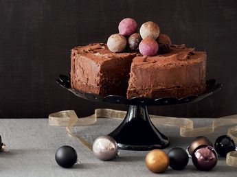 Tuhti tryffeleillä koristeltu suklaakakku päättää jouluaterian juhlavasti.