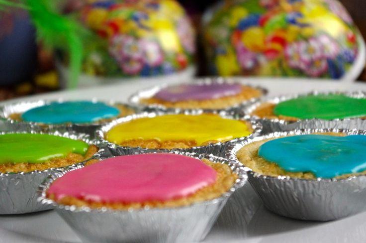 Någonting jag tycker mycket om med påsken är att det är mycket färg! Olika färger i påskris, målade ägg, godis i alla dess färger, påskägg: Färg, färg färg! Idag så finns det inte så många påskkakor som är specifika för påsken, så varför inte använda en garanterad god kaka, så kallar vi dem påzkariner! Mazariner […]
