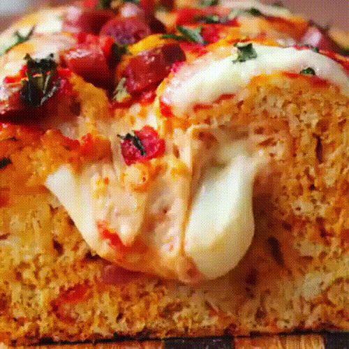 Пицца-хлеб 😳  ______________  ❤Прокладываем путь к сердцу мужчины – как и чем кормить возлюбленного?    Сохрани себе на стену, чтобы не потерять🍴 ставь лайк ❤, если любишь готовить 😏  Ингредиенты:  3 стакана муки  1 ч.л. разрыхлителя  1 ч.л. соли  350 мл кефира  Сосики (можно колбаски, мини-пепперони, салями кубиком)  200 гр. моцареллы  100 гр. пармезана  100 гр. томатного соуса    Начинка:  Томатный соус  Ещё колбасок и моцареллы  Свежий базилик    Замесить тесто с колбасками, сыром и…