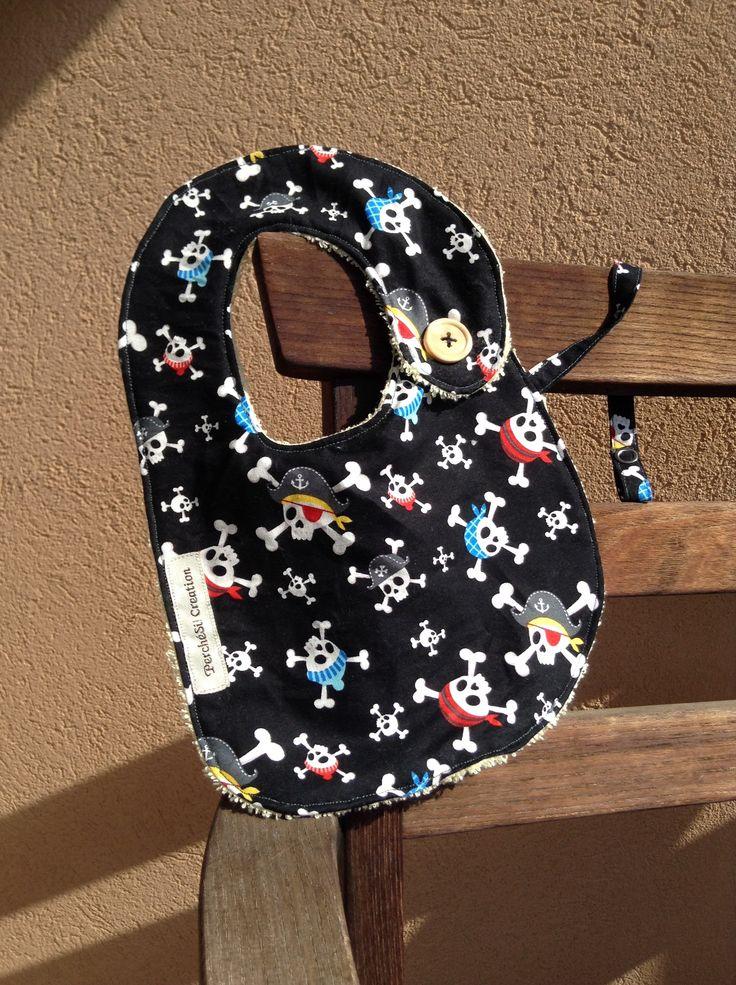 Bavaglino per piccoli pirati! #bavaglino #baby #perchesicreation #sewing #sewinglove #stoffaamericana #pirati #mare #teschi #marinaro