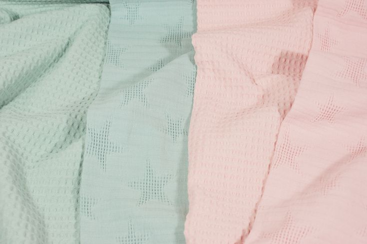 Een geheel nieuw product is de jacquard wafelstof! Een mooie stevige stof met ingeweven sterren van 100% katoen. Leuk om te gebruiken voor babyartikelen zoals een badjas, dekentje, babynestje, omslagdoek, aankleedkussen etc. en mooi te combineren met de wafelkatoen uit ons assortiment!