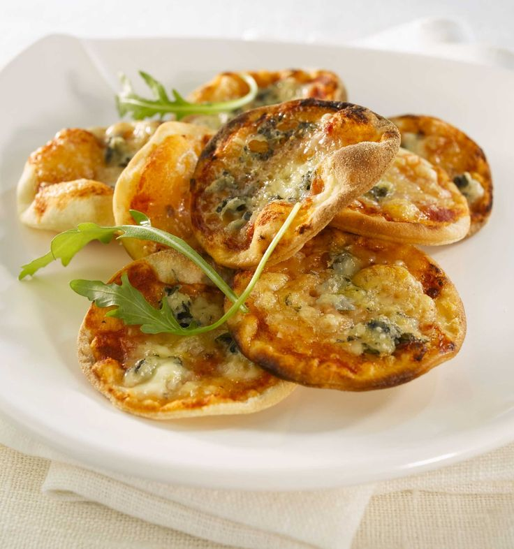 Lag små minipizzaer med to ulike typer ost. Perfekt å servere som en liten forrett, som tapas eller som en liten kveldssnacks.