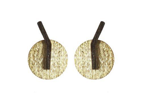 Ørestik med bukket stav Til disse ørestiks skal der bruges følgende materialer:  1 par ørestiks med bukket stav, oxideret sterlingsølv 2 stk. mønt 12mm, forgyldt sterlingsølv  oxideret bukket stav og mønt