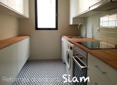 reforma de una cocina pintada con materiales y colores nobles encimera de madera