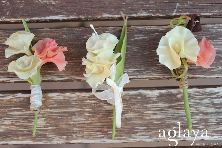 Prendidos de flores para novios y padrinos de boda. Las flores de Aglaya están hechas a mano con pasta moldeable y una antigua técnica japonesa para que perduren para siempre como el primer día.