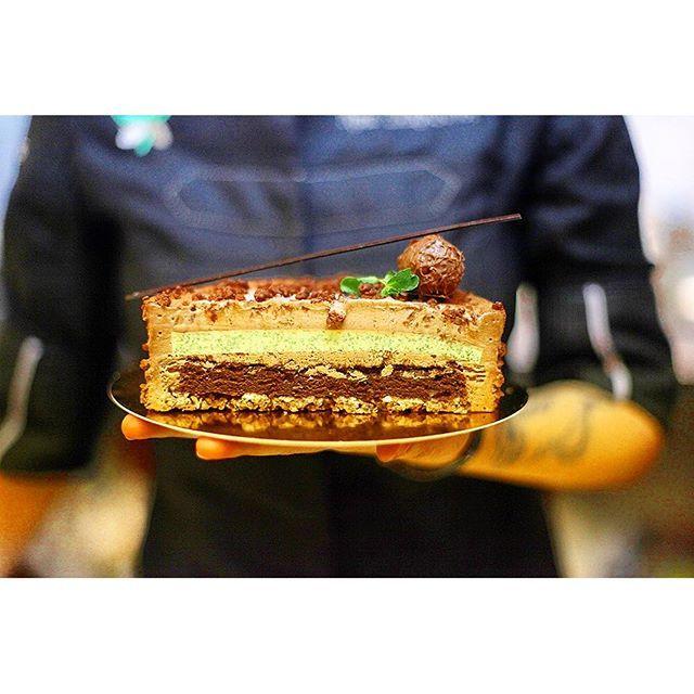 Состав: Шоколадный бисквит; Кокосовый крокант; Мятное желе; Шоколадный мусс