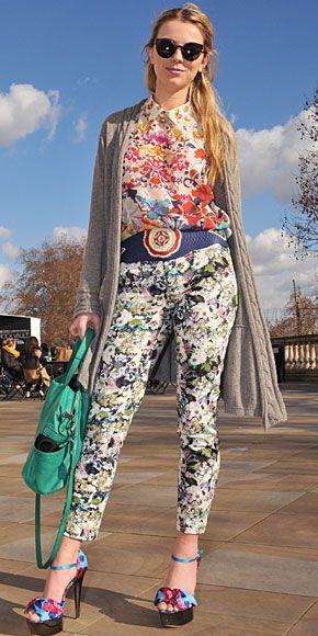 ELOISE MORAN    La bloguera británica lució totalmente desatinada al complementar varias prendas con estampado floral que no combinan para nada. Si quieres ir a lo seguro, lo mejor es que solo tus pantalones sean de estampado floral. Pero, si quieres aventurarte y lograr un look único, puedes ponerte un top y pantalón con estampado floral pero asegúrate de que los colores sean uniformes. Eso sí, en este caso, los zapatos y cinturón no deben ser de estampado floral.